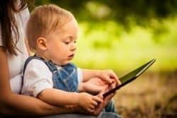 Bambino con tablet
