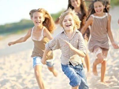 Bambini al sole: tanti consigli anche alimentari per prevenire i rischi dell'esposizione