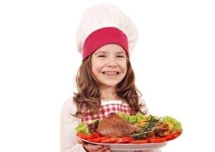 Bambina con pollo