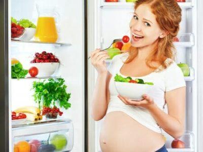 Donna incinta e verdura