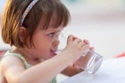 Bambina beve acqua