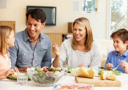 Una famiglia a tavola