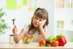 Bambina con verdura