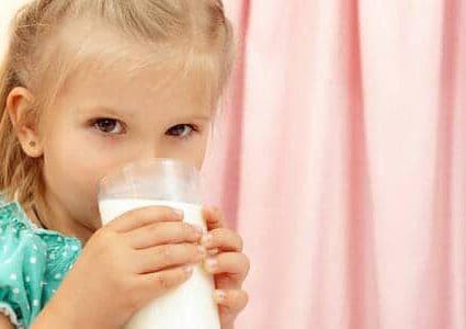 Bambina beve latte