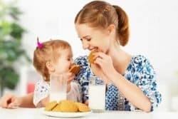 madre-e-figlia-sorridenti-a-colazione