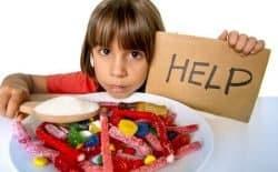 Bambina con zucchero e caramelle