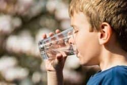 Bambino con bicchiere di acqua