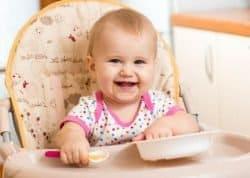 Bambina sorridente che mangia