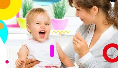 Allattamento e svezzamento, mamma che imbocca bimba sorridente - alimentazionebambini. It by coop