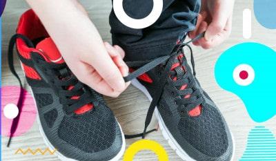 Estate bambini e indipendenza: bambino che si allaccia le scarpe - alimentazionebambini. It by coop