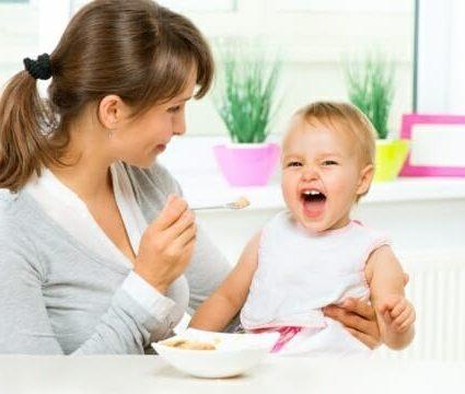 Madre e figlia sorridenti
