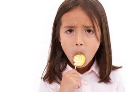 Bambina triste con lecca lecca