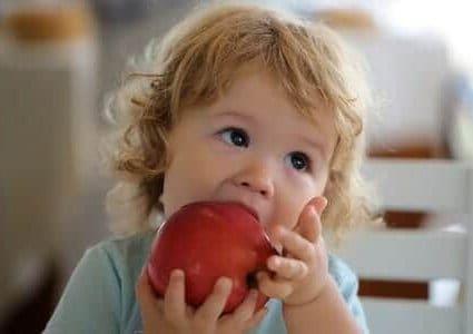 Un bambino con una mela