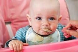 Bambina mangia cibo solido