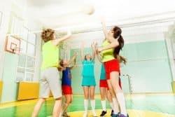 bambini giocano a pallavolo