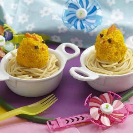Pulcini su nido di spaghetti