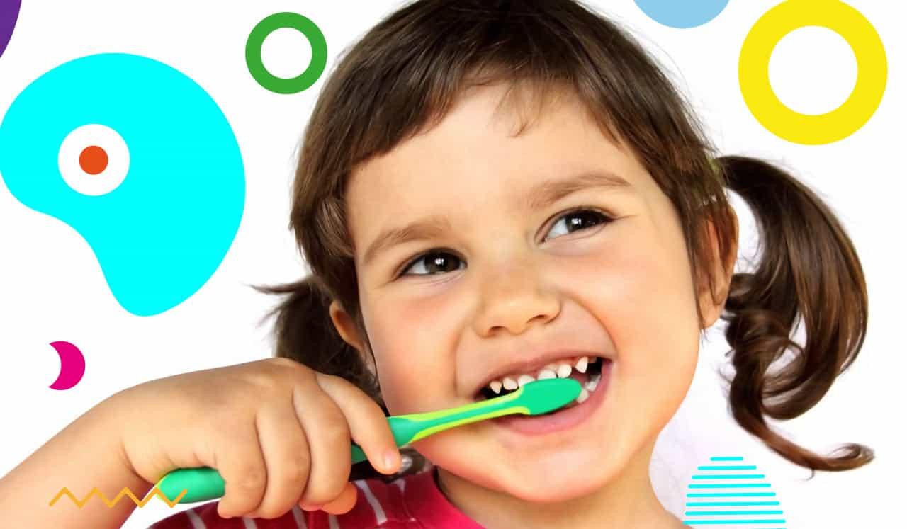 Carie nei bambini, bimba che si sfega i denti con lo spazzolino - alimentazionebambini. It by coop