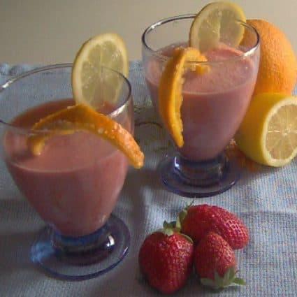 Frullato di fragole con succo d'arancia e yogurt