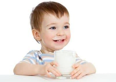 Quanto latte devo dare al mio bambino? E durante lo svezzamento?