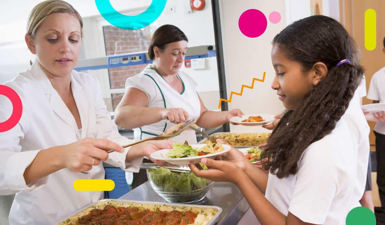 Mensa scolastica: bimba con vassoio del pranzo al bancone della mensa scolastica - alimentazionebambini. It by coop