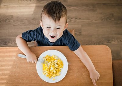 Posso dare l'uovo al mio bambino? In che quantità? Quante volte a settimana? Sodo o alla coque?