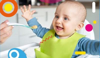 Alimentazione dai 6 ai 12 mesi, bimbo sorridente che viene imboccato - alimentazionebambini. It by coop