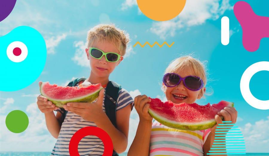 Alimentazione estiva: bambine in spiaggia mangiano fetta di cocomero- alimentazionebambini. It by coop