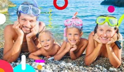Bambini al mare, famiglia sorridente in riva la mare - alimentazionebambini. It by coop