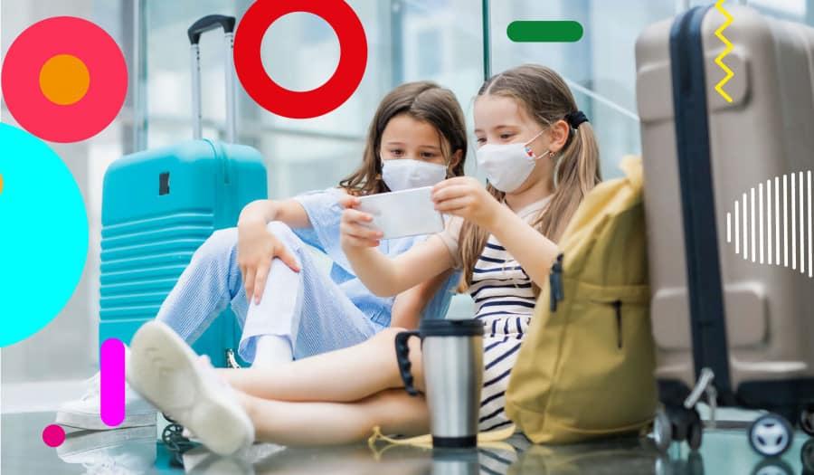 Vacanze e covid, bambine con la mascherina che guardano un telefono - alimentazionebambini. It by coop