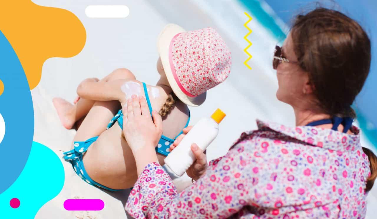 I benefici del sole, mamma che spalma crema solare alla figlia- alimentazionebambini. It by coop