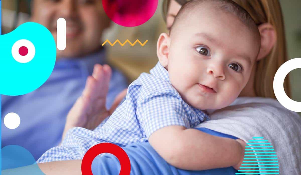 Ruttino del neonato: bambino cullato sulla spalla della mamma - alimentazionebambini. It by coop