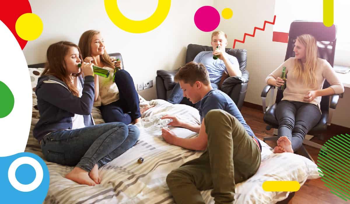 Adolescenza e alcol, ragazzi con bevande alcoliche riuniti in camera - alimentazionebambini. It by coop
