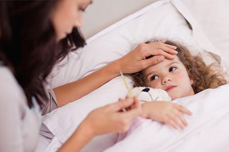 Febbre alta nei bambini: cosa la causa e come intervenire