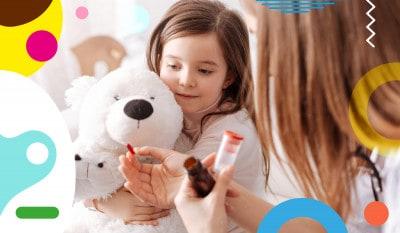 Integratori e vitamine per bambini, mamma offre pillola a un pelusche - alimentazionebambini. It by coop