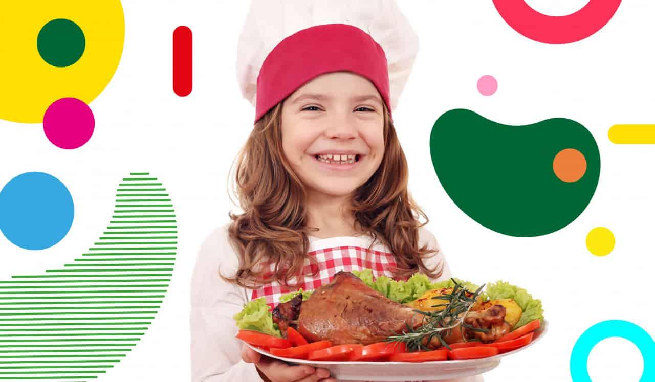 La carne ai bambini, bambina sorridente con in mano un piatto pieno di carne e verdure - alimentazionebambini. It by coop