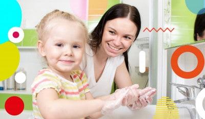 Lavarsi le mani, bimba e mamme si insaponano le mani - alimentazionebambini. It by coop