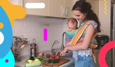 Dieta in allattamento: mamma con bambino in grembo taglia verdure - alimentazionebambini. It by coop