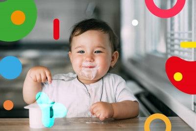 Probiotici: bimbo mangia yogurt sorridente - alimentazionebambini. It by coop