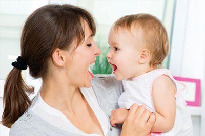 mamma e figlia con bocca aperta che che si parlano