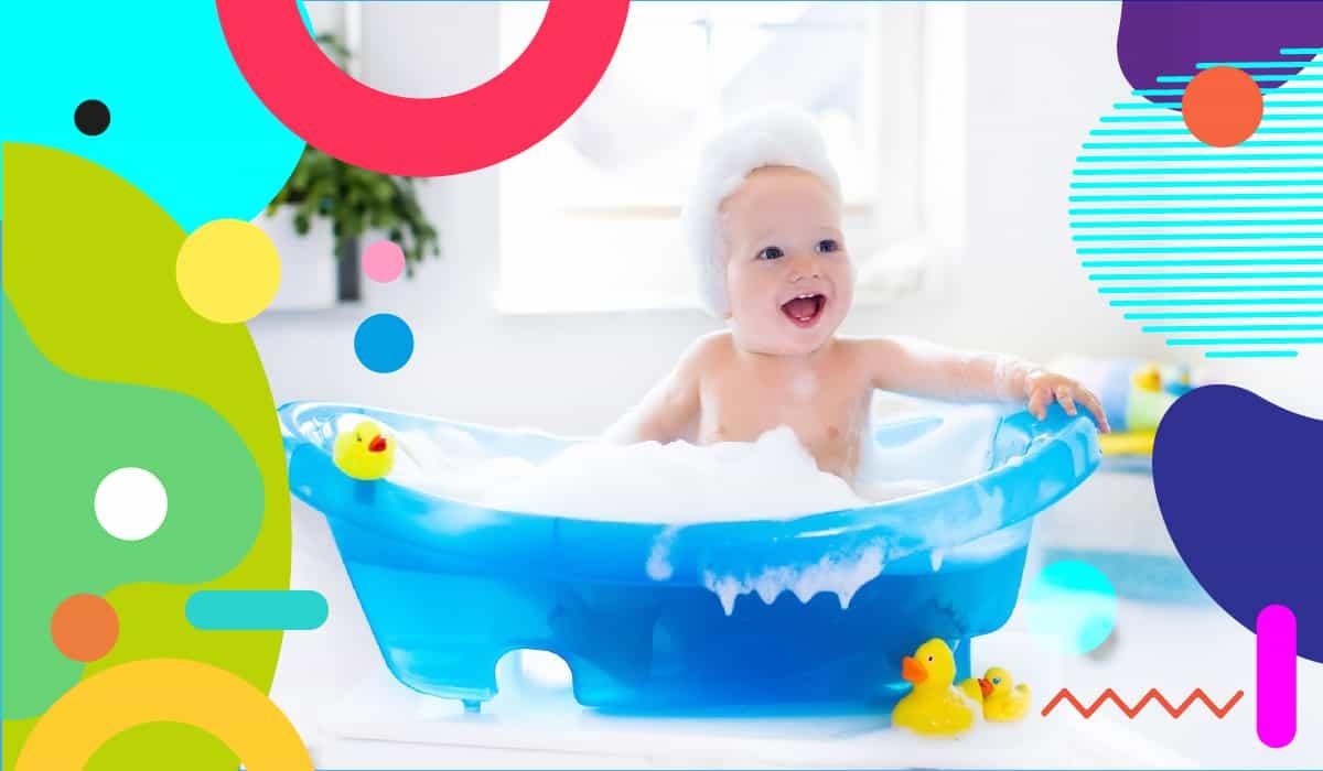 Il bagnetto del neonato è una coccola: bimbo sorridente che fa il bagnetto