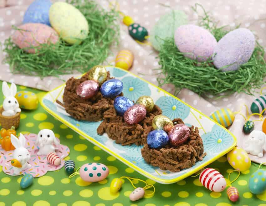 Nidi di cioccolato e crusca con ovetti di cioccolato per pasqua
