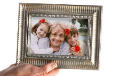 cornice portafoto con foto di una nonna con le sue nipoti