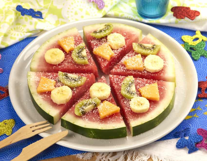Anguria tagliata a fette come una pizza con kiwi, banana e melone - alimentazionebambini. It by coop