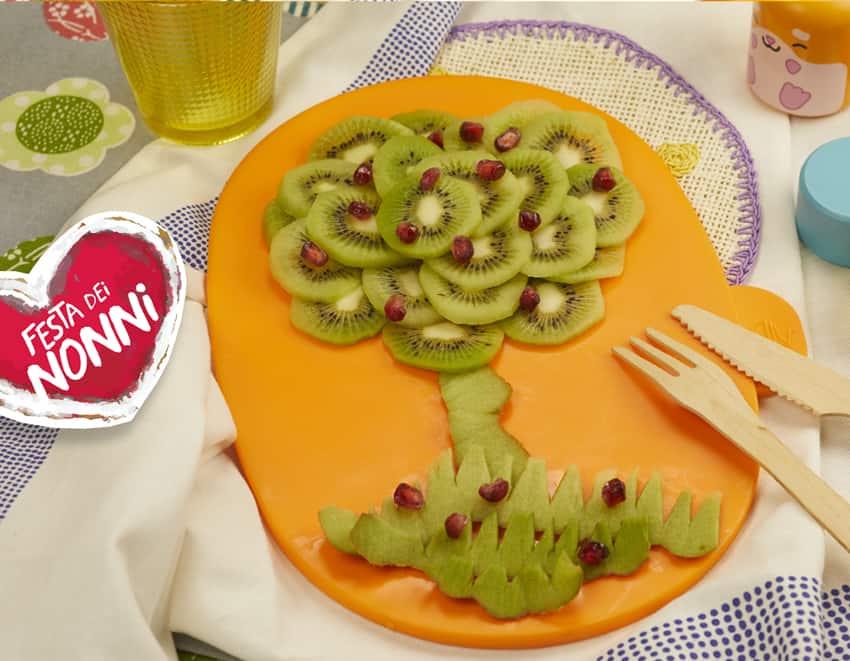 Albero di frutta: kiwi e melagrana disposti su un piatto a forma di albero - alimentazionebambini. It by coop