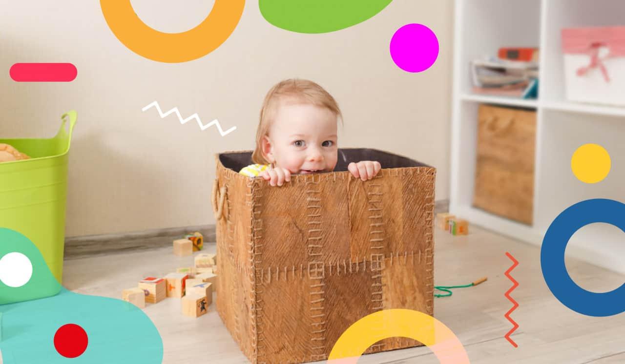 Bambina che si nasconde in uno scatolone - giochi da fare in casa per