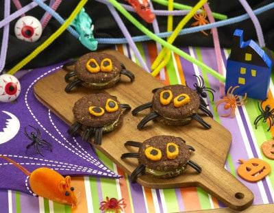 Biscotti a forma di ragnetti con decorazioni colorate a tema halloween - alimentazionebambini. It by coop